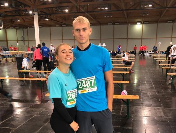 Anne und Johannes (beide 12. Klasse) vorm dem Halbmarathon